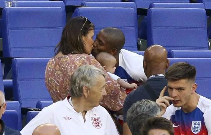 Young cũng trao nụ hôn cho bà xã.