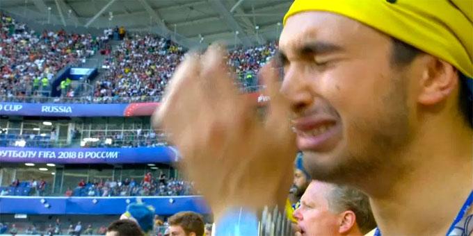 Fan nam Thụy Điển nức nở khi trận đấu chưa kết thúc - 1
