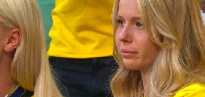 Fan nam Thụy Điển nức nở khi trận đấu chưa kết thúc - 2