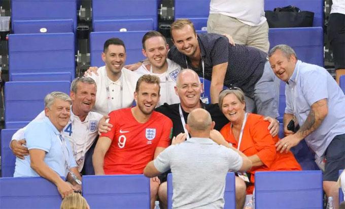 Đội trưởng Harry Kane chụp ảnh cùng người nhà từ Anh tới Nga ở trận tứ kết.