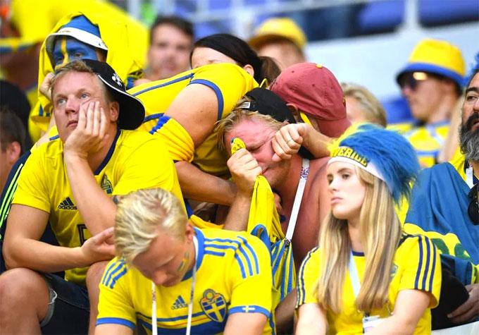 Fan nam Thụy Điển nức nở khi trận đấu chưa kết thúc - 3