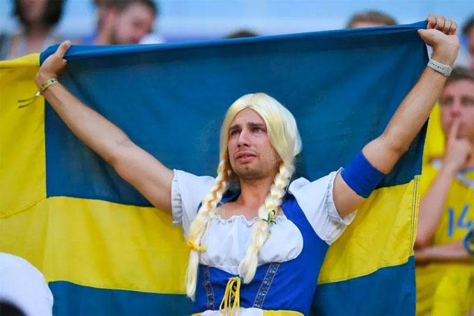 Fan nam Thụy Điển nức nở khi trận đấu chưa kết thúc - 4