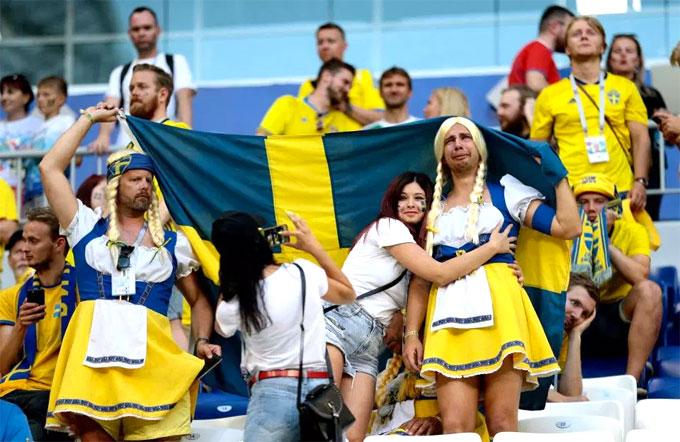 Fan nam Thụy Điển nức nở khi trận đấu chưa kết thúc - 5