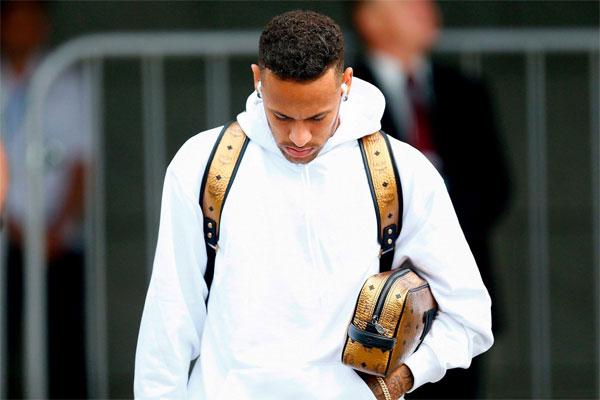 Neymar sành điệu và nổi bật với trang phục trắng và các phụ kiện như balô, túi màu vàng, tai nghe AirPods.