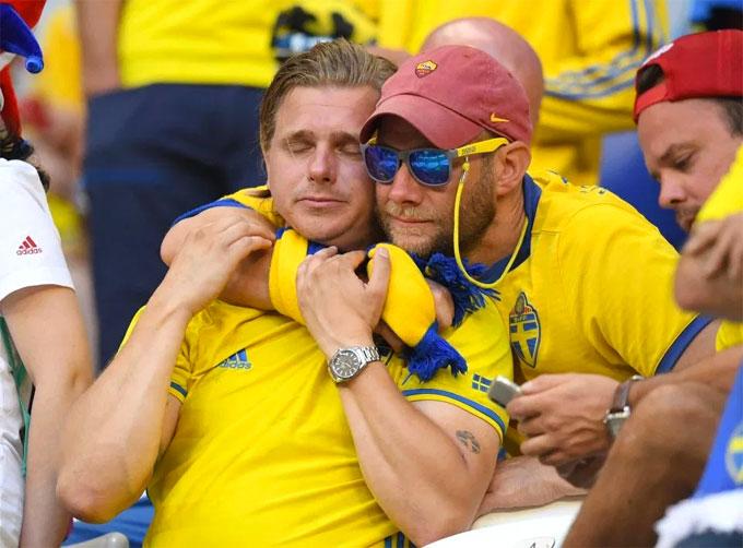 Fan nam Thụy Điển nức nở khi trận đấu chưa kết thúc - 6