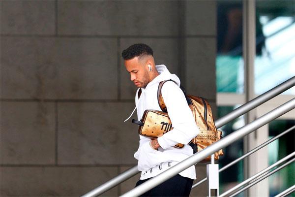 Thất bại 1-2 trước Bỉ ở tứ kết khép lại giấc mơ vô địch của tuyển Brazil. Neymar được kỳ vọng nhưng không thể giúp đội bóng đạt mục tiêu đề ra. Anh cùng đồng đội sớm rời Nga sau trận thua.