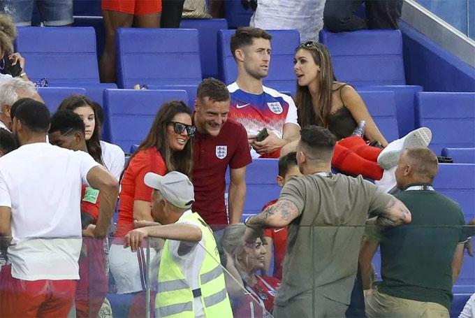 Thủ môn người hùng tuyển Anh ôm hôn bạn gái đắm đuối - 11