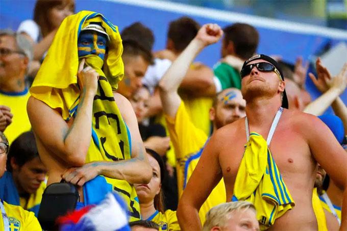 Fan nam Thụy Điển nức nở khi trận đấu chưa kết thúc - 7