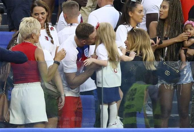 Tiền vệ Henderson hôn con gái, chia vui cùng bà xã.