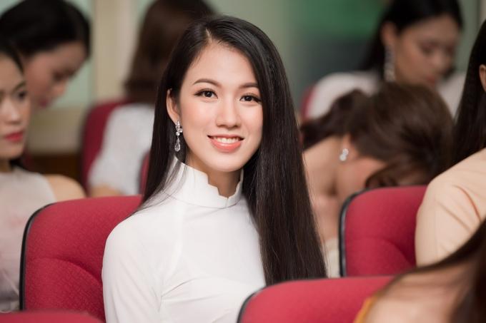 Tuyết Trang sở hữu gương mặt thanh tú, được đánh giá phù hợp với Hoa hậu Việt Nam. Cô tốt nghiệp Đại học Ngoại thương và hiện làm biên tập viên tại Đài truyền hình VTV.
