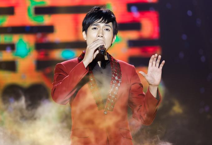 Anh Tú sắm vai ca sĩ Quang Lê hát Sầu tím thiệp hồng nhưng chưa chinh phục được ban giám khảo và khán giả.