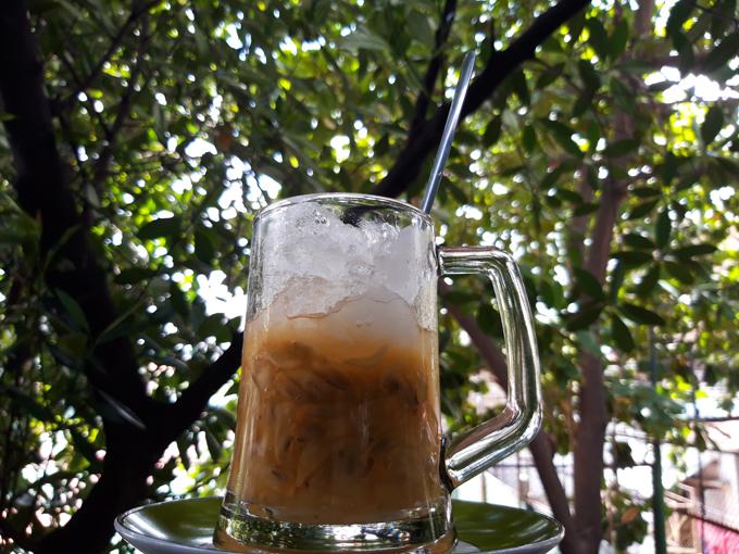 Bình bát dầm đá đường là loại thức uống giải nhiệt những ngày hè.