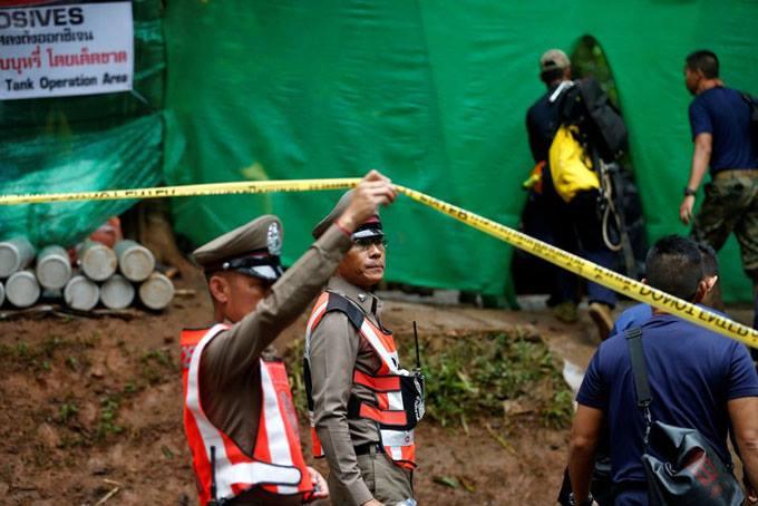 Cảnh sát hỗ trợ bên ngoài cửa hang Tham Luang sáng 8/7. Ảnh: Reuters.