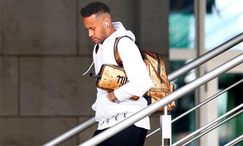 Neymar ủ dột ra sân bay về nước