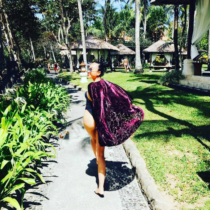 Ca sĩ Đoan Trang diện đồ bơi, sải bước trong nắng vàng. Cô đang có chuyến du lịch hạnh phúc bên chồng và con gái ở thiên đường Bali (Indonesia).