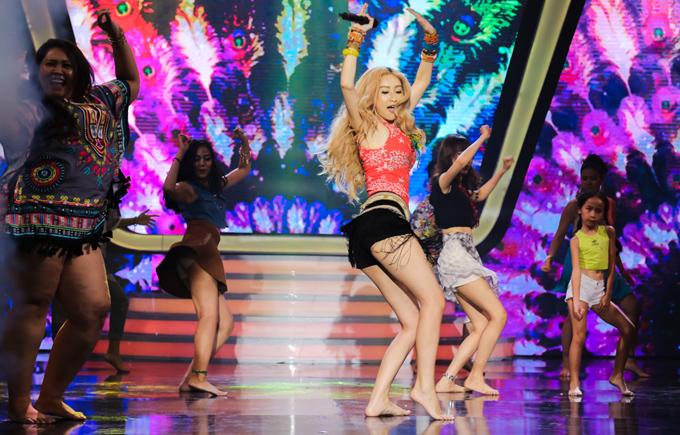 Á hậu Hà Thu khuấy động sân khấu với tiết mục Waka Waka của ca sĩ Shakira.