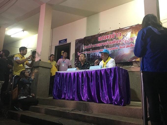 Tỉnh trưởng Chiang Rai (mũ xanh) chủ trì cuộc họp báo. Ảnh: Twitter.