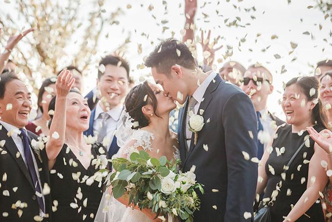 Cô dâu chọn hoa chủ đạo cho đám cưới là hồng trắng. Loài hoa này tượng trưng cho một tình yêu trong sáng, thuần khiết.