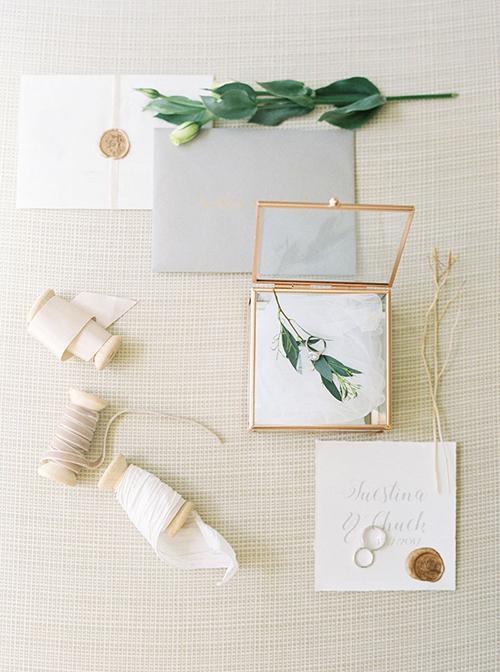 Thiệp cưới, hộp đựng nhẫn đều mang sắc trắng tinh khôi. Nhờ uyên ương tối giản các chi tiết trang trí nên thiệp cưới mang đến vẻ đẹp tinh tế, giản đơn.