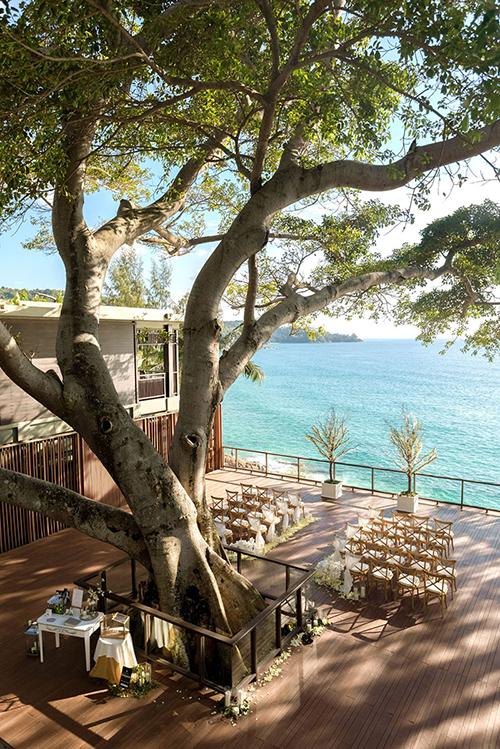 Uyên ương người Hong Kong chọn màu kem cho hôn lễ bên biển Phuket. Sắc màu này mang vẻ đẹp lãng mạn cổ điển, phù hợp với cặp vợ chồng yêu thích nét truyền thống. Để nhấn mạnh vẻ đẹp thiên nhiên, wedding planner đã gợi ý tổ chức hôn lễ bên cây cổ thụ tại resort.