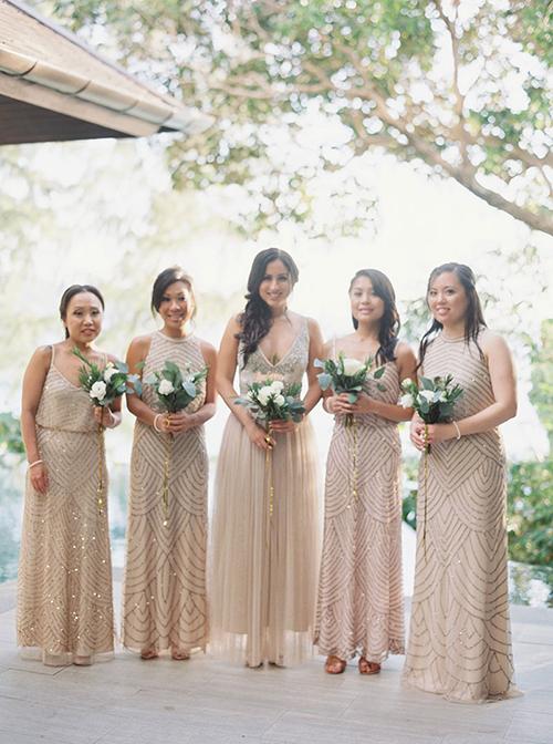 Dàn phù dâu mặc váy champagne lấp lánh có họa tiết giống nhau, mang vẻ đẹp sang trọng và quyến rũ.