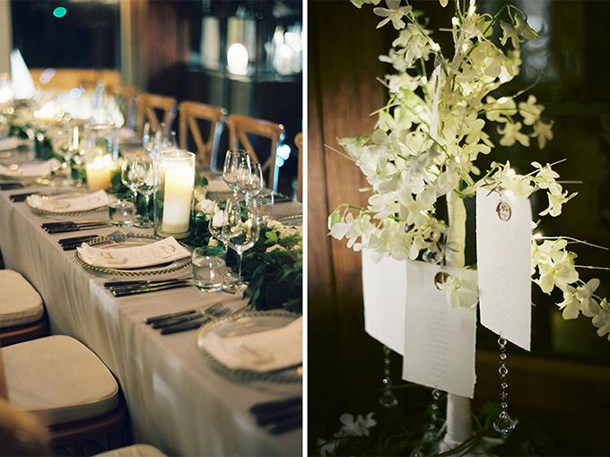 Bàn tiệc cưới được thắp sáng bởi nến trắng, ghế ngồi màu kem trắng và tô điểm bởi hoacùng tông.