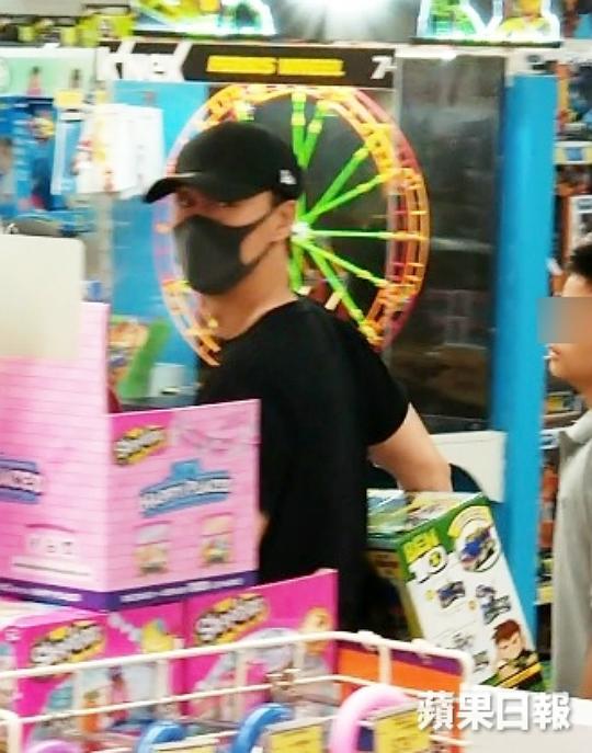 Lâm Phong cảnh giác khi phát hiện ra sự đeo bám, anh tỏ ra không vui và liên tục né ống kính.
