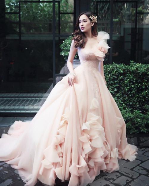 Mai Phương Thúy xinh như công chúa trong bộ đầm được thiết kế cầu kỳ.