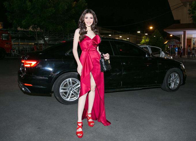 Sự kiện tối 7/7 còn có người mẫu Phương Đài tham dự. Cô mặc váy của Vincent Đoàn, xách túi hiệu trăm triệu, khoe vẻ rực rỡ, nổi bật.