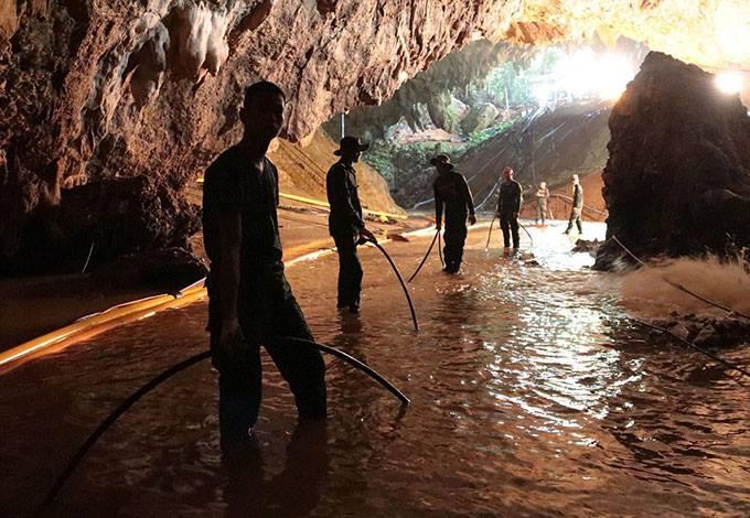 Các quân nhân Thái Lan tham gia vào nhiệm vụ giải cứu bên trong hang động Tham Luang. Ảnh: EPA.