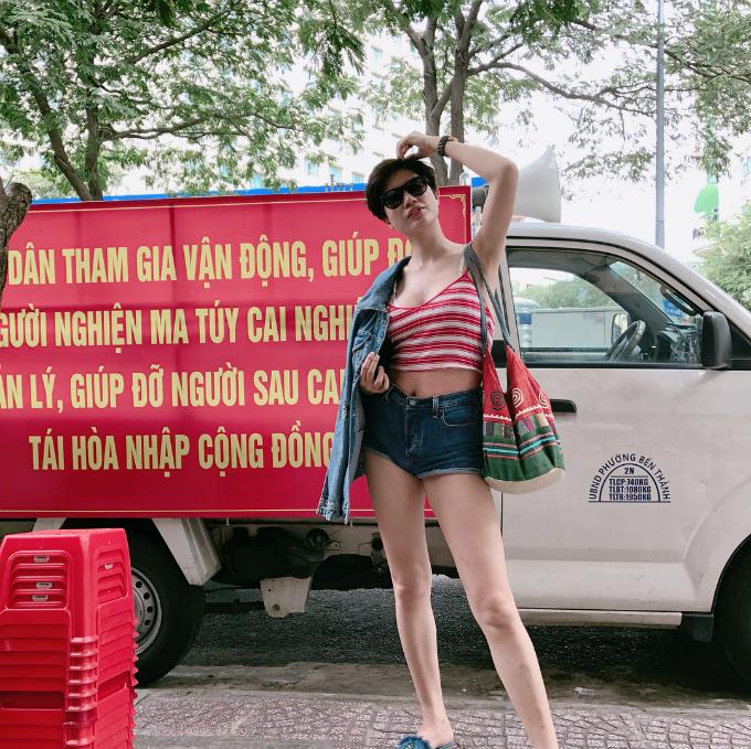 Trang Trần chụp ảnh cá tính, trẻ trung với kiểu tóc mới. Nữ người mẫudiện áo hai dây và quần jean ngắn khoe dáng chuẩn.
