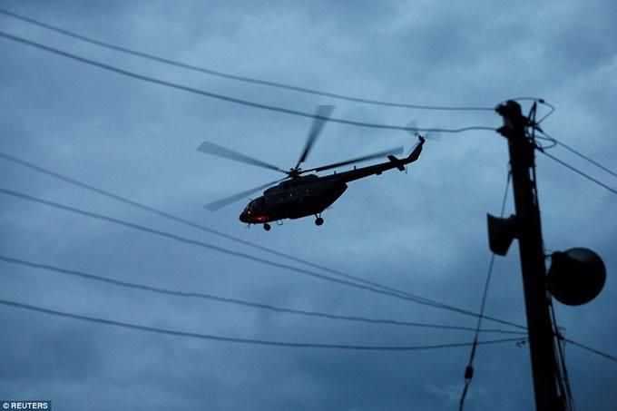 Trực thăng cất cánh gần hang, được cho là đưa hai cậu bé đầu tiên về bệnh viện Chiang Rai. Ảnh: Reuters.
