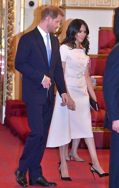 Meghan mặc váy của Prada tại lễ vinh danh lãnh đạo trẻ Khối Thịnh vượng chung. Ảnh: AFP.