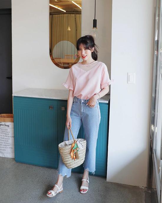 Jean đơn giản về kiểu dáng và màu sắc vì thế nó rất dễ kết hợp với các kiểu áo sơ mi, áo thun.