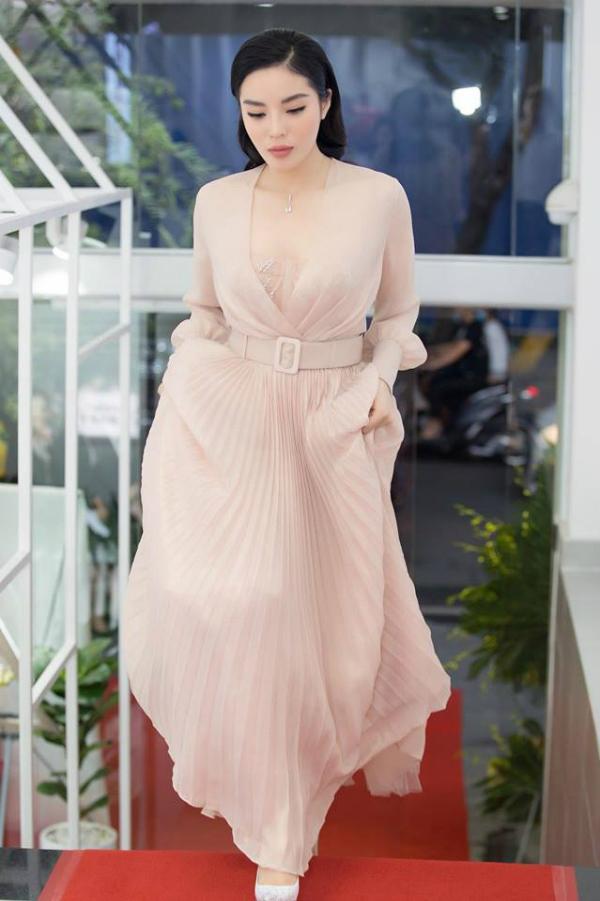 Tạm rời xa những thiết kế cắt xẻ táo bạo, Hoa hậu Kỳ Duyên đẹp nhẹ nhàng trong mẫu váy dập ly màu hồng pastel ngọt ngào.