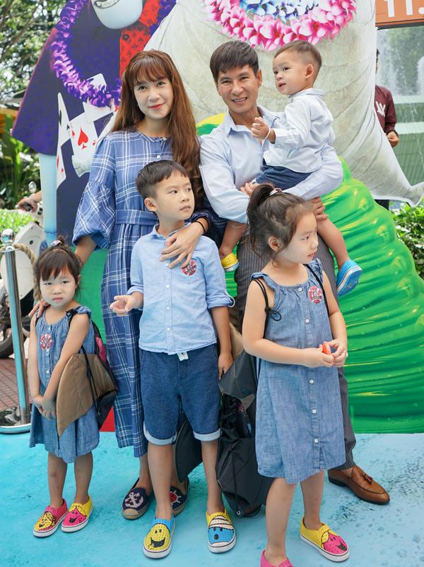 Lý Hải - Minh Hà đưa cả 4 nhóc tỳ đi xem phim Khách sạn huyền bí 3: Kỳ nghỉ ma cà rồng.