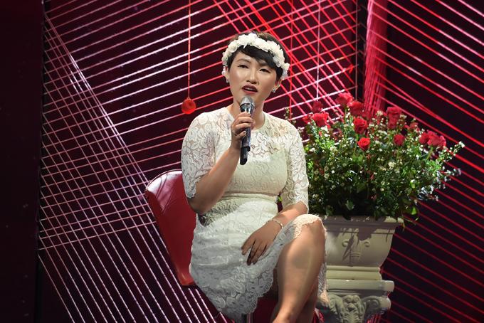 Ca sĩ Nguyên Hà trình bày ca khúc chủ đề chương trình mang tên Duyên. Cô đang là một trong những giọng ca nữ hút khách ở phòng trà.