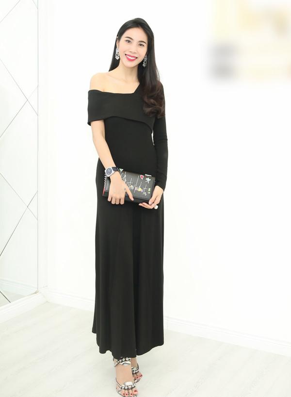 Ca sĩ Thủy Tiên chọn trang phục và phụ kiện hàng hiệu nền nã tới dự event ở TP HCM.