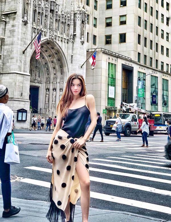 Street style ở New York của Hồ Ngọc Hà khác với hình ảnh mix - match trang phục và phụ kiện đồng điệu thường thấy. Chính cách ăn mặc đơn giản đã khiến nhiều khán giả hiểu lầm Nữ hoàng giải trí quấn khăn ra đường.