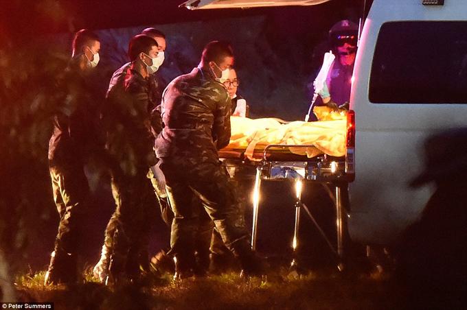 Thành viên thứ 6 của đội bóng Lợn Hoang được chuyển từ xe cứu thương lên trực thăng quân sự để tới bệnh viện sau khi được giải cứu từ hang Tham Luang. Ảnh: Peter Summers.