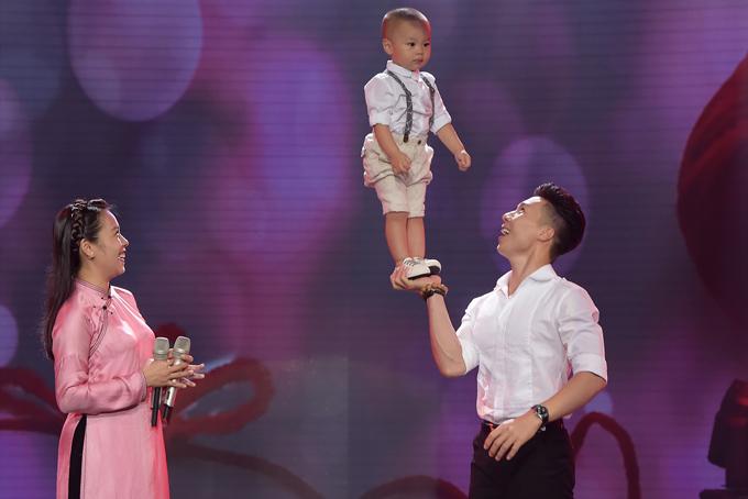 Trước khán giả truyền hình, Quốc Nghiệp đã ngẫu hứng trình diễn một màn xiếc cùng con trai hơn một tuổi khiến mọi người thích thú.