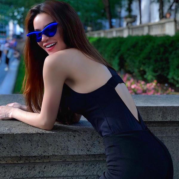 Diện set đồ đen đơn giản nhưng Hồ Ngọc Hà khéo tạo điểm nhấn ấn tượng bằng kính mắt sắc màu sống động.