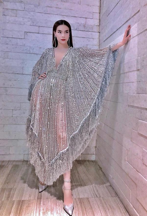 Chuyến lưu diễn của Hồ Ngọc Hà tại Mỹ được khá nhiều khán giả trong nước. Đặc biệt hình ảnh và phong cách thời trang của cô luôn được soi khá kỹ.
