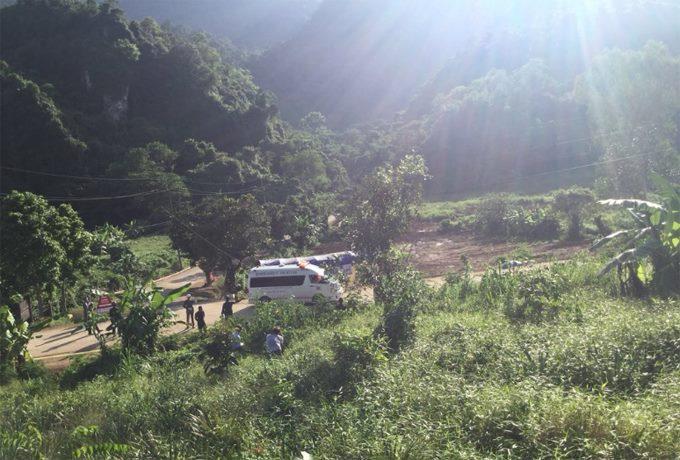 Một chiếc xe cứu thương rời khỏi khu vực hang động lúc 17h03. Ảnh: Ittipat Nation TV.
