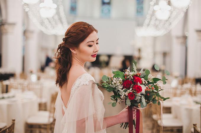 Tại tiệc cưới buổi tối diễn ra ở khu vực phức hợp Chijmes, Singapore, cô dâu chú rể chọn tông màu nóng biểu hiện cho sự ấm áp và vui vẻ. Màu marsala (kết hợp giữa đỏ và nâu) lấy cảm hứng từ rượu vang Italy với ý nghĩa tự nhiên, mạnh mẽ và đỏ dường như là sự lựa chọn hoàn hảo. Sự kết hợp giữa chúng giống như ánh hoàng hôn vàtương phản với sắc màu của những ô cửa kính mang phong cách Gothic. Vì yêu thích kiến trúc của Chijmes nên chúng tôi thực sự muốn trang hoàng để làm nổi bật vẻ đẹp nơi đây. Màu đỏ còn tượng trưng cho chương mới của cuộc đời và đem đến sự tự tin cho cuộc hôn nhân của cả hai. Chúng tôi cònsử dụng hoa hồng và nến tăngvẻ truyền thống và lãng mạn cho không gian, cô dâu lý giải về bảng màu hôn lễ.