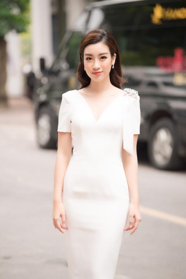 Thiết kế form bút chì trên nền sắc trắng tinh khôi là lựa chọn sáng suốt của Hoa hậu Đỗ Mỹ Linh khi chấm thi vòng sơ khảo Hoa hậu Việt Nam 2018 tại Hà Nội.