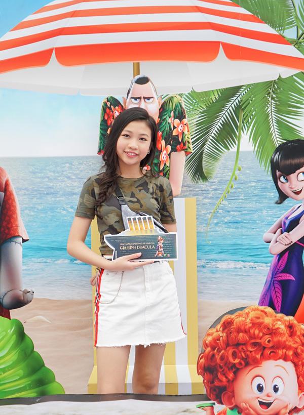 Hoa hậu Hoàn vũ nhí 2018 Ngọc Lan Vy tới thưởng thức bộ phim yêu thích.