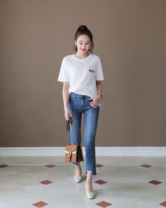Nếu quần ống rộng mang đến sự cá tính thì jean ống ôm lại giúp bạn gái tôn nét khoẻ khoắn và gợi cảm.