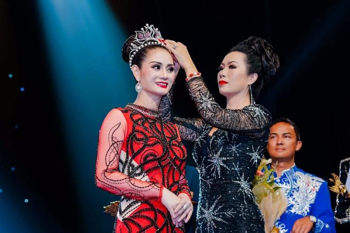 Nguyễn Hồng Nhung cho biết cô tham gia Hoa hậu Doanh nhân Thế giới 2018 với mong muốn giao lưu, học hỏi và trải nghiệm cuộc sống, từ đó tìm kiếm những điều tốt đẹp hơn. Nhờ tài năng và tự tin thể hiện mình trong suốt cuộc thi, cô đoạt giải Á hậu một. Trong ảnh Á hậu Trịnh Kim Chi trao giải cho nữ doanh nhân.
