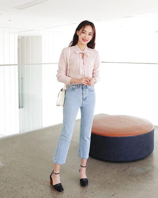Với quần jean, bạn gái vẫn có thể xây dựng hình ảnh thanh nhã khi khéo chọn kiểu dáng thích hợp.